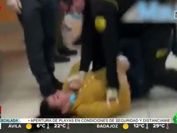 Una mujer agrede a una cajera de Mercadona, se desnuda y termina 'haciéndose la muerta'