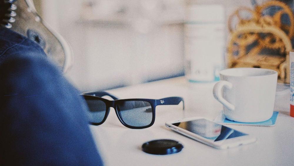 Unas gafas junto a un iPhone