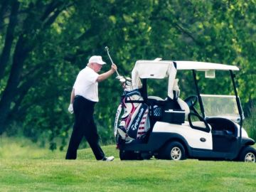 El presidente de EEUU juega al golf en el Trump National Golf Club en Virginia