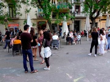 Fase 2 y fase 3 desescalada: Varios jóvenes hacen cola para sentarse en una de las terrazas de la plaza de la Vila del barrio de Gracia de Barcelona
