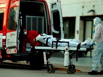 Un técnico sanitario traslada a un paciente a un hospital en Cataluña