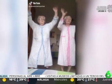 Paquita y Ana, las abuelas que con sus bailes en bata arrasan en Tik Tok