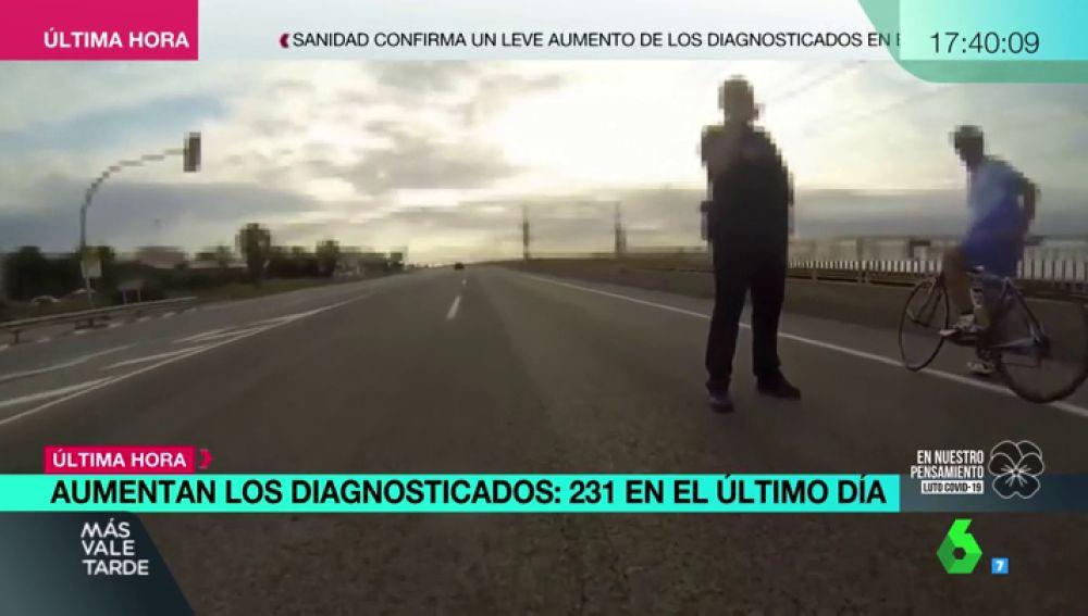 """Un policía abronca a unos ciclistas federados que sí tenían permiso para circular: """"Le meto 600€ de denuncia"""""""