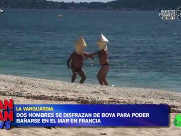 El surrealista vídeo en el que dos franceses se bañan en el mar disfrazados de boya para evitar ser multados