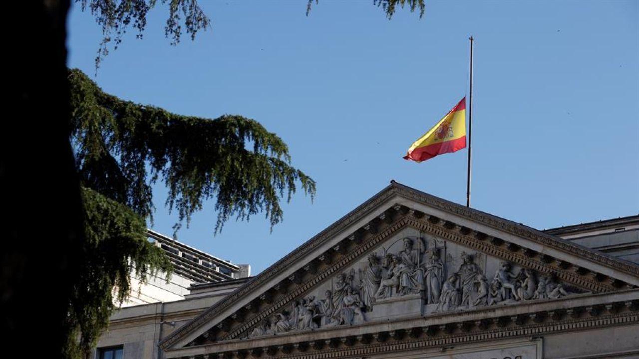 La bandera ondea a media asta en el Congreso en la primera jornada de luto