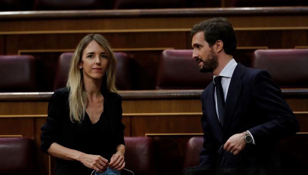 El líder del PP, Pablo Casado, y la portavoz parlamentaria popular, Cayetana Álvarez de Toledo, durante el pleno