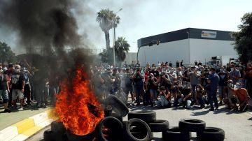 Quema de neumáticos y protestas en Nissan Barcelona