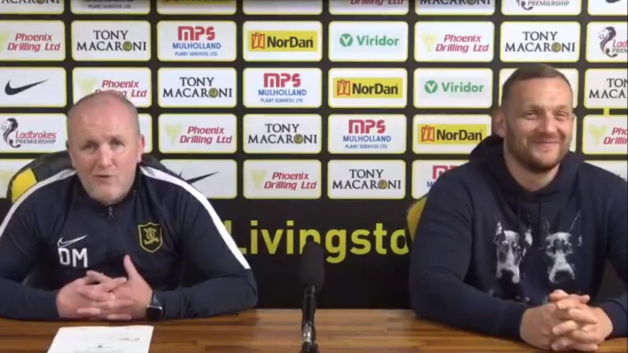 Gary Maley, firmando su nuevo contrato con el Livingston
