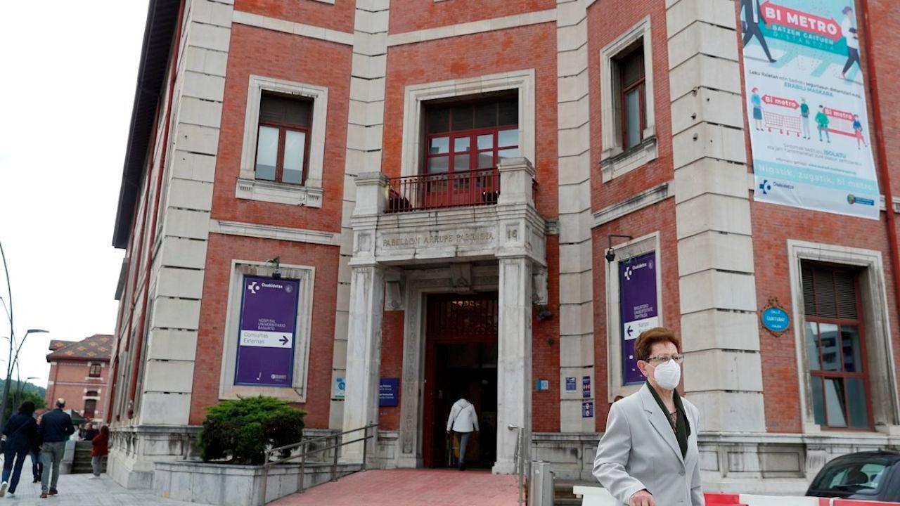 Una mujer sale del Hospital de Basurto, en Bilbao