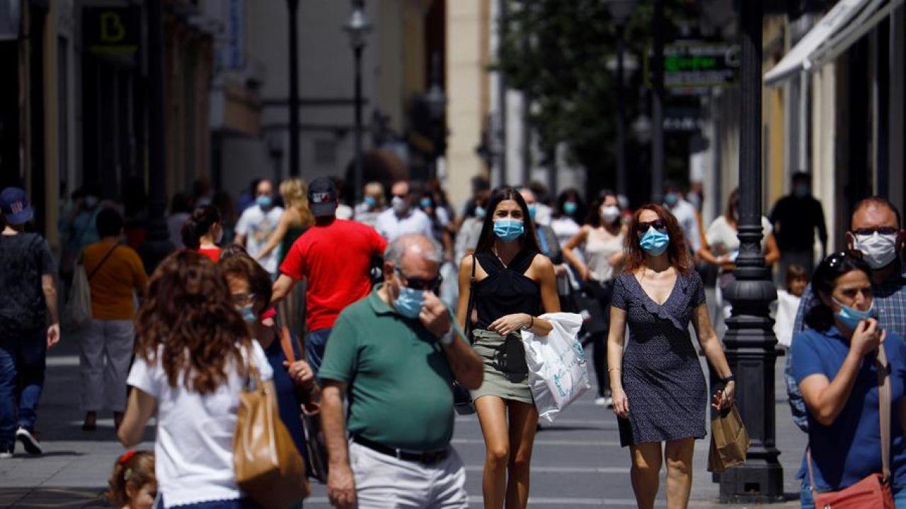Gente protegida con mascarilla pasea por los comercios de las calles del centro de Córdoba