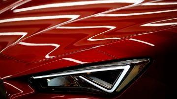 Detalle de un coche rojo en un concesionario