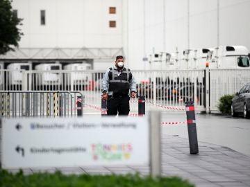 Un empleado de seguridad a las puertas de la fábrica cárnica en Alemania