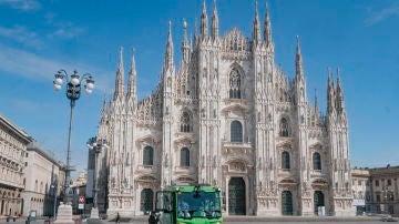 Trabajadores sanitarios desinfectaban la Plaza del Duomo de Milán, el pasado mes de marzo
