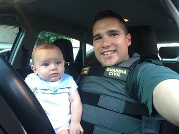El guardia civil junto al bebé al que salvó