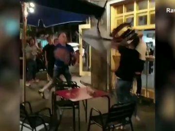 Salvaje pelea con lanzamiento de cristales y mesas en un bar de Barcelona