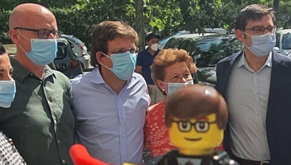 Martínez Almeida con su politilego