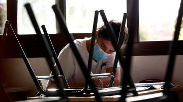Un alumno hace un examen