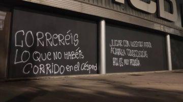 Pintadas en la fachada del RCDE Stadium