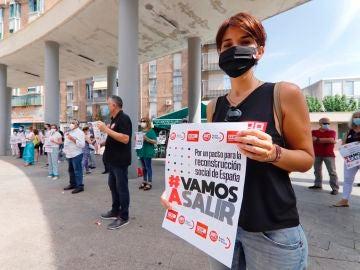 Una manifestante durante la concentración en la Plaza de la Merced de Murcia por un pacto para la reconstrucción social de España