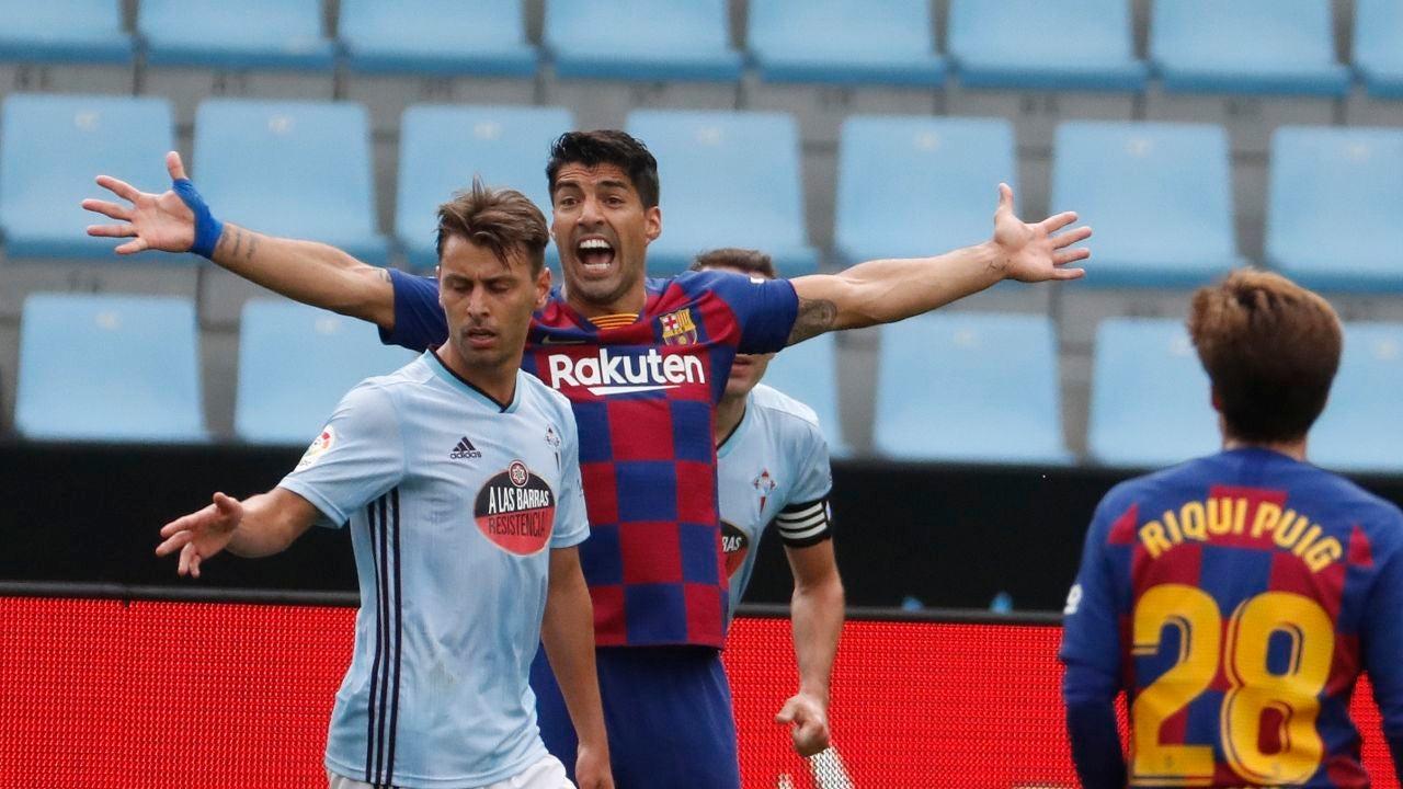 Luis Suárez protesta una acción durante el Celta-Barça