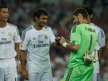 Iker Casillas le coloca el brazalete de capitán a Raúl ante la atenta mirada de Cristiano Ronaldo y Kaká
