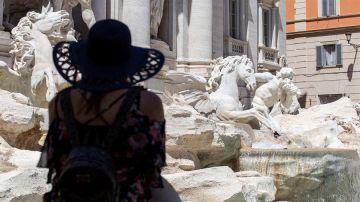 Una mujer frente a la Fontana di Trevi