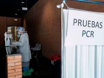 Una sanitaria esperan la llegada de pacientes a los que realizar test PCR en un espacio habilitado fuera de un Centro de Salud de la ciudad de Zaragoza