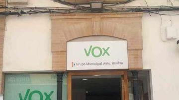 La sede de Vox, debajo de una bandera LGTBI