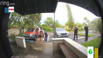 El increíble momento en el que una mujer da a luz de pie en un aparcamiento