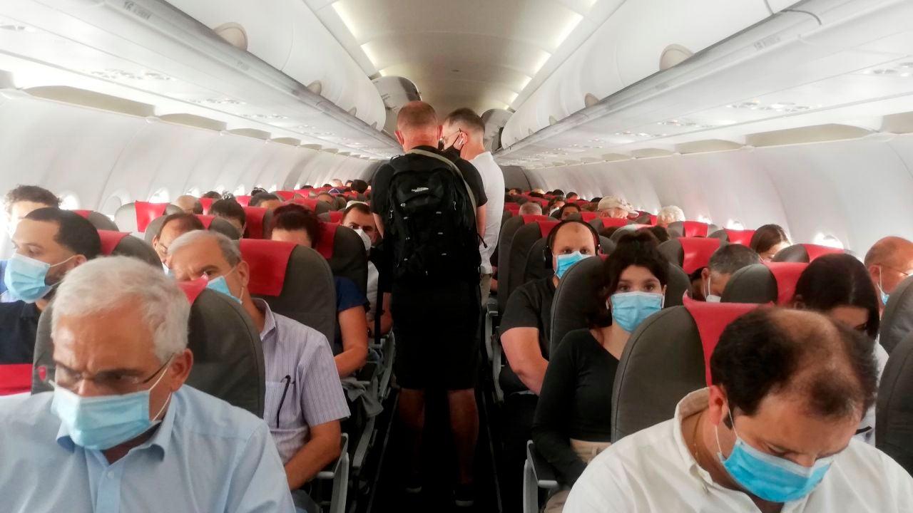 Pasajeros de un avión tras la crisis del coronavirus
