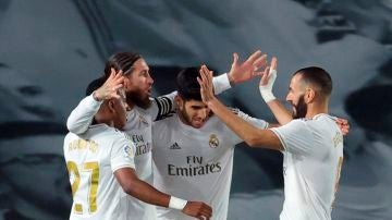 Los futbolistas del Real Madrid celebran un gol