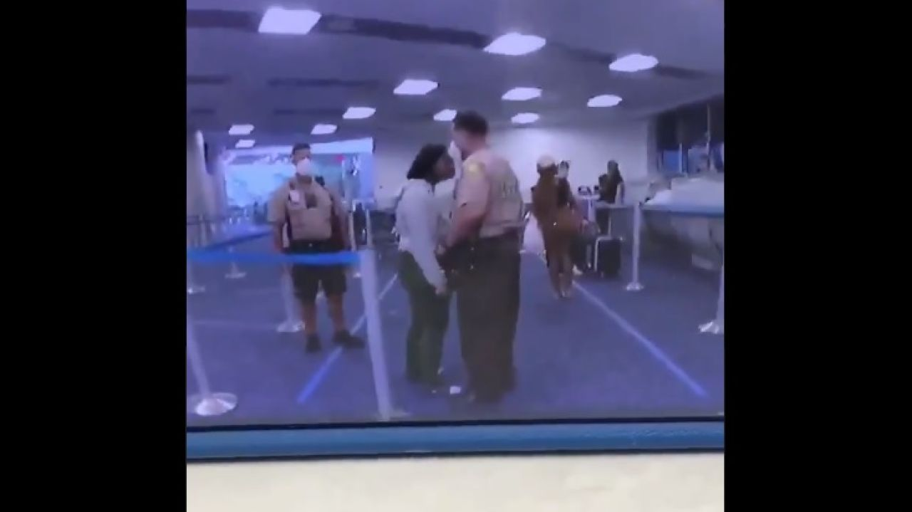Instantes antes de la agresión del policía a la joven en Miami