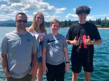 Sean Fredrickson, junto a sus tres hijos