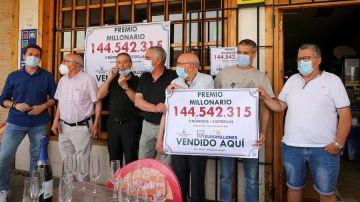 La peña de amigos celebra en Mayorga, en el Bar Central, que les ha tocado 144 millones de euros en los Euromillones
