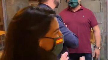 Rocío Monasterio e Iván Espinosa de los Monteros en un bar de Lugo