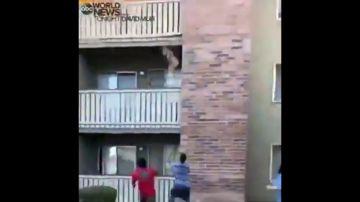 Estremecedor vídeo: arrojan a un niño desde un balcón para salvarle de un incendio y un hombre lo coge al vuelo