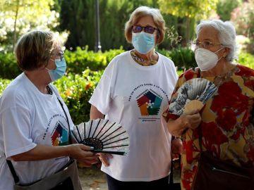 Tres mujeres conversan con la mascarilla puesta