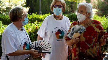 Tres mujeres conversan con la mascarilla puesta en Barcelona