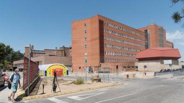 Un señor pasa ante el Hospital Arnau de Vilanova de Lleida