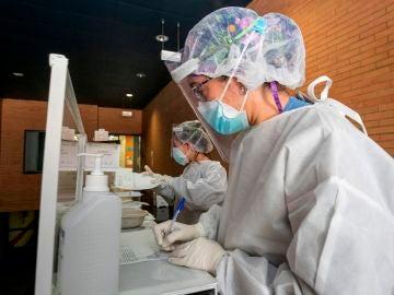 Sanitarias esperan la llegada de pacientes a los que realizar test PCR
