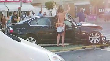 Un accidente en Lepe causa gran revuelo: la conductora, en bikini y chanclas, baila en la calle tras chocar