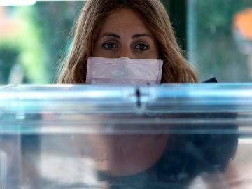 Las urnas electorales, preparadas para las elecciones en Galicia y Euskadi
