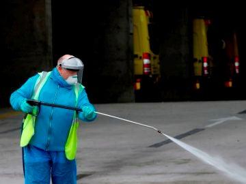 Imagen de un hombre desinfectando