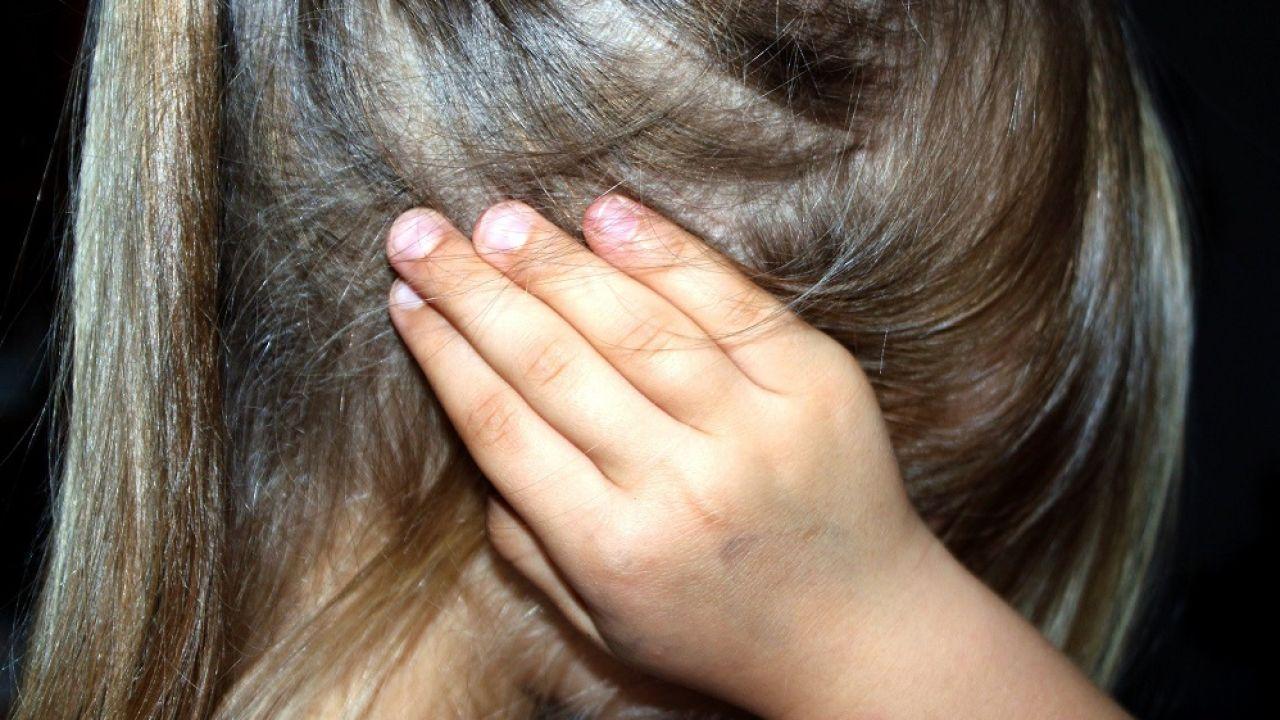 Imagen de archivo de una niña tapándose los oídos