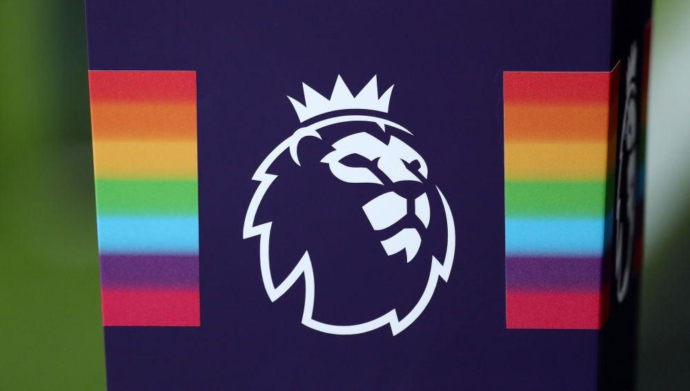 La bandera arcoíris y el símbolo de la Premier League
