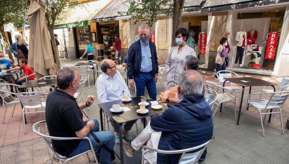 Urkullu junto a su esposa durante la jornada de reflexión en Euskadi
