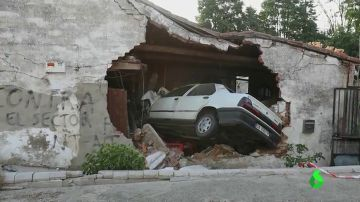 Un conductor se sale de la carretera y empotra su coche contra una vivienda en Cabrerizos, Salamanca