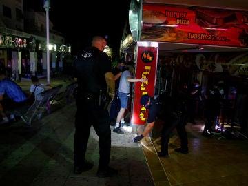 La Policía realiza cacheos a varios jóvenes en Magaluf