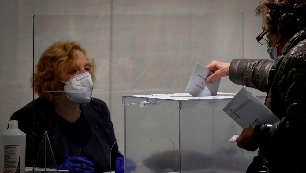 Una mujer vota este domingo en un colegio electoral de Ordizia (Guipuzkoa)