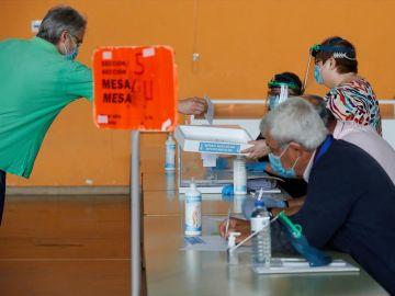 Imagen de una persona votando en Galicia